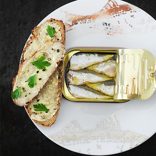 Sardines van rodel met stokbrood en peterselie