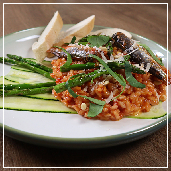 Tomatenrisotto met sardines en basilicum